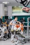 Спорт под наблюдением Молодой красивый вахта инструктора спорт Стоковое Изображение RF