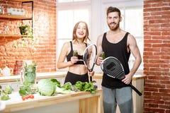 Спорт соединяют со здоровой едой на кухне стоковая фотография