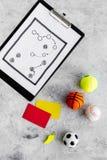 Спорт судя концепцию Рефери игры спорта План тактики для карточек игры, шариков, красных и желтых, свистка на камне Стоковая Фотография