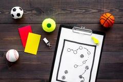 Спорт судя концепцию Рефери игры спорта План тактики для карточек игры, шариков, красных и желтых, свистка на деревянном Стоковые Фотографии RF
