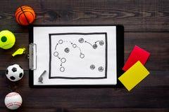 Спорт судя концепцию Рефери игры спорта План тактики для карточек игры, шариков, красных и желтых, свистка на деревянном Стоковая Фотография