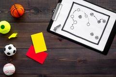 Спорт судя концепцию Рефери игры спорта План тактики для карточек игры, шариков, красных и желтых, свистка на деревянном Стоковые Фото