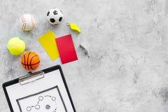 Спорт судя концепцию Рефери игры спорта План тактики для карточек игры, шариков, красных и желтых, свистка на камне Стоковые Фотографии RF
