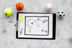 Спорт судя концепцию Рефери игры спорта План тактики для карточек игры, шариков, красных и желтых, свистка на камне Стоковое фото RF