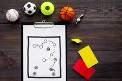 Спорт судя концепцию Рефери игры спорта План тактики для карточек игры, шариков, красных и желтых, свистка на деревянном Стоковое Изображение