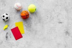 Спорт судя концепцию Рефери игры спорта План тактики для карточек игры, шариков, красных и желтых, свистка на камне Стоковое Изображение RF