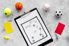 Спорт судя концепцию Рефери игры спорта План тактики для карточек игры, шариков, красных и желтых, свистка на камне Стоковое Изображение