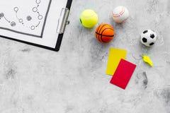 Спорт судя концепцию Рефери игры спорта План тактики для карточек игры, шариков, красных и желтых, свистка на камне Стоковая Фотография RF