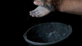Спорт талька Крупный план мышечного человека готового к разминке мужская рука powerlifter в тальке и wristbands спорт подготавлив Стоковая Фотография RF