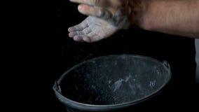Спорт талька Крупный план мышечного человека готового к разминке мужская рука powerlifter в тальке и wristbands спорт подготавлив Стоковое фото RF