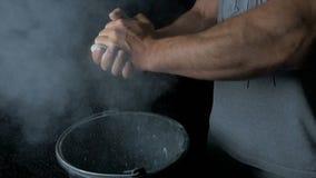 Спорт талька Крупный план мышечного человека готового к разминке мужская рука powerlifter в тальке и wristbands спорт подготавлив Стоковые Изображения RF