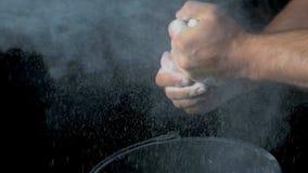 Спорт талька Крупный план мышечного человека готового к разминке мужская рука powerlifter в тальке и wristbands спорт подготавлив Стоковое Фото