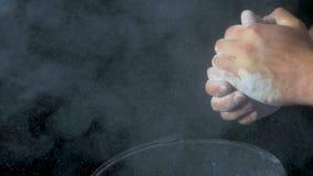 Спорт талька Крупный план мышечного человека готового к разминке мужская рука powerlifter в тальке и wristbands спорт подготавлив Стоковое Изображение RF