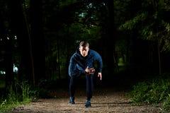 Спорт укомплектовывают личным составом ход на ноче Стоковые Изображения