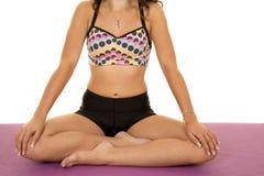 Спорт фитнеса женщины размышляют руки тела на коленях Стоковые Фотографии RF