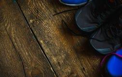 Спорт, фитнес, ботинки, обувь близкая вверх тапок на деревянном Стоковая Фотография