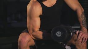 Спорт, фитнес, образ жизни и концепция людей - изгибать мышцы с гантелями в спортзале видеоматериал