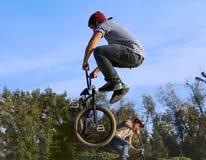 Спорт BMX велосипеда велосипедиста велосипеда задействуя Стоковое Фото
