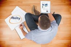 Способность против молодого творческого бизнесмена смотря таблетку Стоковое Изображение