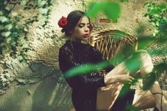 Способ Весна, лето Милая девушка при модный состав связывая шнурки ботинка Стоковые Фотографии RF
