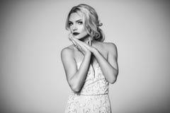 способ высокий shapely блондинка в silk мантии вечера женственность Стоковая Фотография