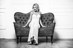 способ высокий shapely блондинка в silk мантии вечера женственность Стоковое Изображение RF