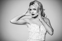 способ высокий shapely блондинка в silk мантии вечера женственность Стоковые Изображения