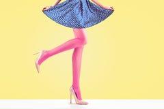 Способ Женская юбка Длинные ноги, обмундирование высоких пяток стоковое изображение