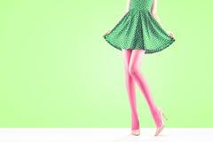 Способ Женское платье Длинные ноги, обмундирование высоких пяток Стоковое фото RF