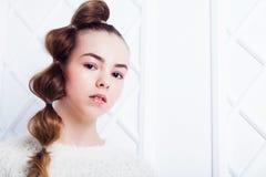 способ предпосылки красивейший меньшяя белизна модели Портрет милой усмехаясь девушки представляя в студии Стоковые Фотографии RF