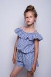 способ предпосылки красивейший меньшяя белизна модели Портрет милой усмехаясь девушки представляя в студии Стоковое Фото