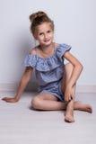 способ предпосылки красивейший меньшяя белизна модели Портрет милой усмехаясь девушки представляя в студии Стоковое Изображение