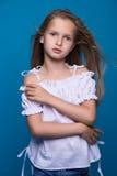 способ предпосылки красивейший меньшяя белизна модели Портрет милой усмехаясь девушки представляя в студии Стоковые Изображения RF