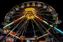 Справедливая съемка езды с долгой выдержкой на ноче - Ferris катит внутри вечер Стоковая Фотография RF