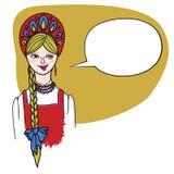 Справедливая с волосами белокурая девушка в русских людях одевает. Стоковые Фотографии RF