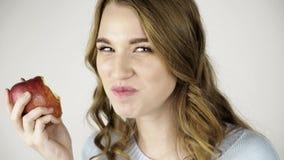 Справедливая с волосами женщина сдерживая красное яблоко и flirting близко вверх акции видеоматериалы