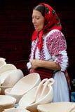 справедливые плиты продавая традиционную древесину женщины Стоковая Фотография