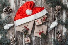 Справочная информация Ветви ели, конусы Стипендия, Новый Год и Xmas рождества Крышка ` s Санты стоковая фотография rf