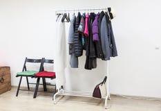Справьтесь шкаф с outerwear в внутренней комнате прихожей, никто Стоковая Фотография RF