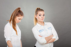 Спрашивать женщины извиняется к ее обиденному другу после ссоры Стоковые Изображения