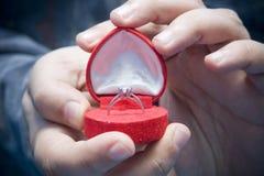 спрашивающ человеку поженитесь я к стоковое фото rf