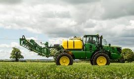 Спрейер John Deere в поле фасоли Стоковые Изображения