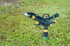 Спрингер воды на земле в саде Стоковые Фото