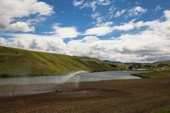 Спринклер воды на поле фермы стоковое фото rf