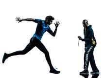 Спринтер бегуна человека с силуэтом секундомера тренера Стоковые Фотографии RF