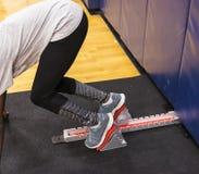 Спринтер в блоках тренируя внутри помещения Стоковые Фото