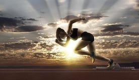 Спринтер женщины выходя начиная блоки стоковые изображения rf