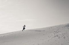 Спринты бегунка поднимают холм пустыни Стоковое фото RF