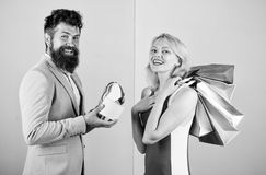 Спросите, что человек покупает серии представляет для девушки Пары с роскошными сумками в торговом центре Пары наслаждаются ходит стоковое фото