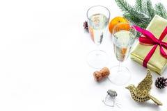 Спрус, мандарин, шампанское, настоящий момент и игрушки для торжества рождества на белом модель-макете предпосылки Стоковые Фото